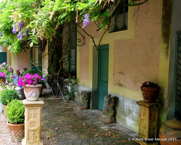 Giverny courtyard